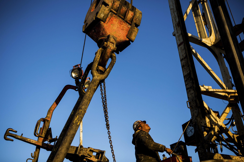 Barril de petróleo Brent desce 0,25% e encerra em 50,56 dólares