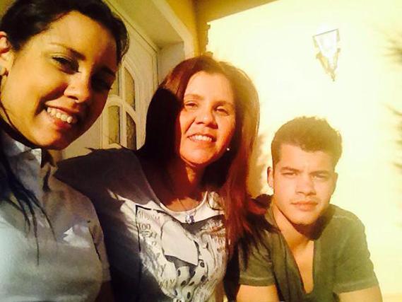 """O ator Ivo Lucas também partilhou uma foto sua ao lado da mãe e da irmã: """"Feliz Dia da Mãe""""."""