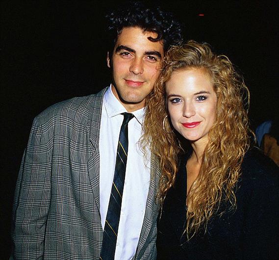 Kelly Preston foi a primeira namorada famosa de George Clooney, entre 1987 e 1989. Hoje, a atriz é a mulher de John Travolta.