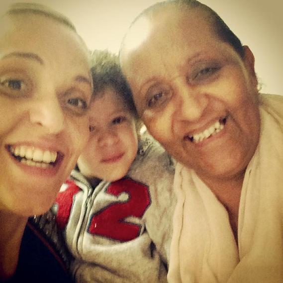 """A fadista Mariza partilhou uma rara imagem ao lado da sua mãe e do seu filho, Martim: """"Com três letras apenas se escreve a palavra MÃE. É das palavras mais pequenas e a maior que o mundo tem. Feliz Dia da Mãe""""."""
