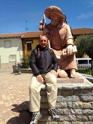 """""""Fazendo os Caminhos de Santiago, aqui num momento de descanso junto à estátua de Santiago"""", partilhou o médico Fernando Póvoas."""