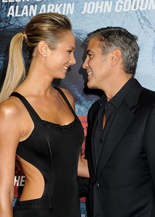 """Antes de cair de amores por Amal Allamudin, Clooney teve uma relação de dois anos com a norte-americana Stacy Keibler, uma ex-lutadora de """"wrestling"""". Começaram a namorar em 2011 e separaram-se em julho de 2013. Pouco depois, Stacy casou-se com o empresário Jared Pobre e já está grávida do primeiro filho."""