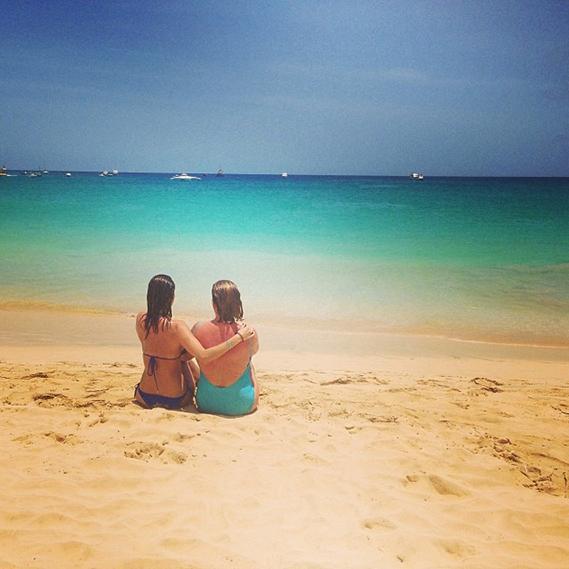 """Maria João Bastos passou o dia com a sua mãe nas maravilhosas praias da Ilha do Sal, Cabo Verde: """"Feliz Dia da Mãe"""", escreveu a atriz."""