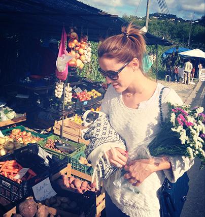 Maria João Bastos aproveitou o fim de semana para ir ao mercado abastecer-se de frutas e legumes, sempre acompanhada pela sua cadelinha, Amélie.