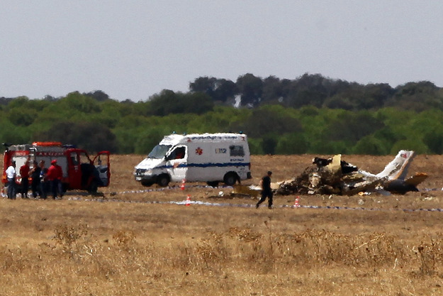 """A vítima mortal ficou """"encarcerada"""" nos destroços do aparelho, relatou o responsável da Proteção Civil Municipal de Évora."""