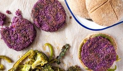 Hambúrgueres de batata-doce roxa e quinoa