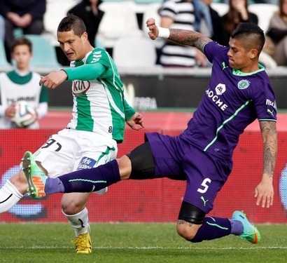 Setubal's forward Zequinha (L) vies with Sporting's Argentinean defender Faustino Rojo during the Portuguese league football match Vitoria FC vs Sporting Lisbon at the Bonfim stadium in Setubal on March 9, 2014.   AFP PHOTO / JOSE MANUEL RIBEIRO
