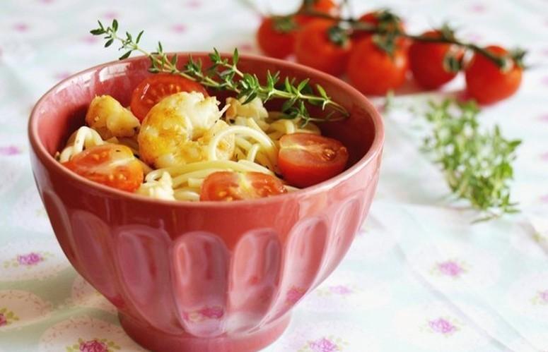 Esparguete aromático com camarão e tomate cereja