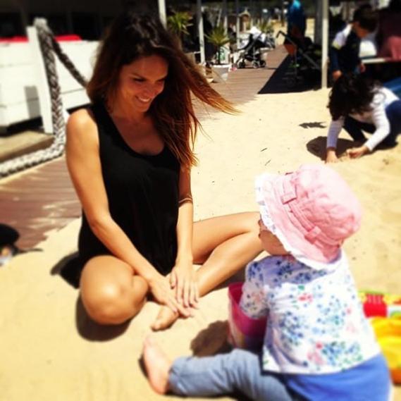 Diana Chaves não resistiu ao belo domingo de sol e foi até à praia com a filha, Pilar.