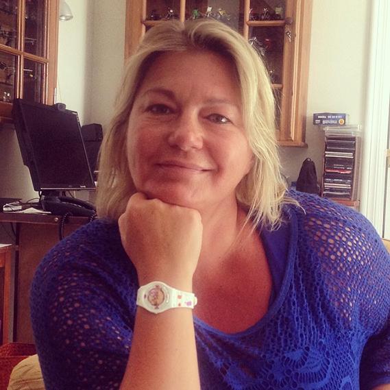 """Lourenço Ortigão partilhou uma foto da sua mãe: """"Feliz Dia da Mãe para todas as mães deste Mundo. Especialmente para a minha, que é indiscutivelmente a melhor. Olhem o presente que escolhi para hoje, gostam?"""", perguntou o ator, que ofereceu à mãe um relógio Swatch criado especialmente para esta data."""