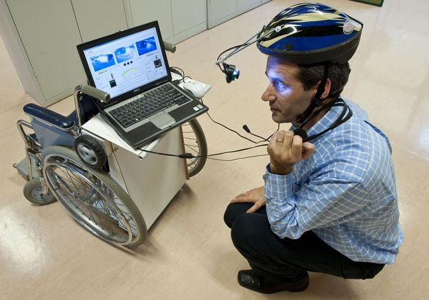 João Pereira, coordenador do projecto, faz uma demonstração na apresentação do projecto de uma cadeira de rodas autónoma móvel movida pelo olhar e pela voz, desenvolvida no âmbito da disciplina de informática para a saúde do Instituto Politécnico de Leiria.