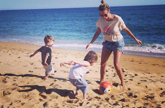 """O Dia da Mãe de Núria Madruga foi passado com os gémeos, Sebastião e Salvador: """"Ser mãe de dois rapazes, é tentar jogar à bola...Obrigada por me fazerem tão feliz. Beijinho especial à minha Mãe, a melhor do mundo, e à minha mana (Dália Madruga). Feliz dia da Mãe a todas""""."""