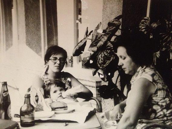 """A atriz Dalila Carmo partilhou uma imagem bem antiga, ao colo da sua mãe: """"Mãe. Cabe tanta coisa cá dentro do coração""""."""