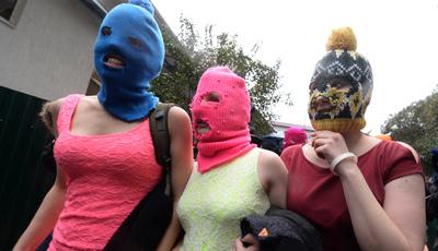 Pussy Riot: dois elementos da banda russa expulsos de avião por embriaguez