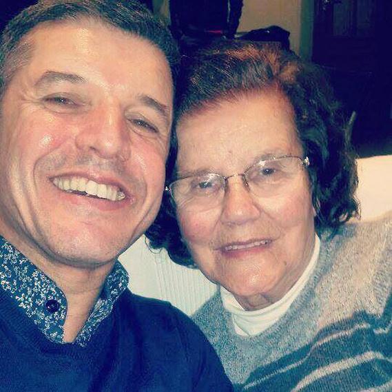 """O apresentador João Baião partilhou com os seus fãs no Facebook uma foto com a sua mãe: """"Um beijinho enorme para todas as mães do mundo! Amo-te, mãe""""."""