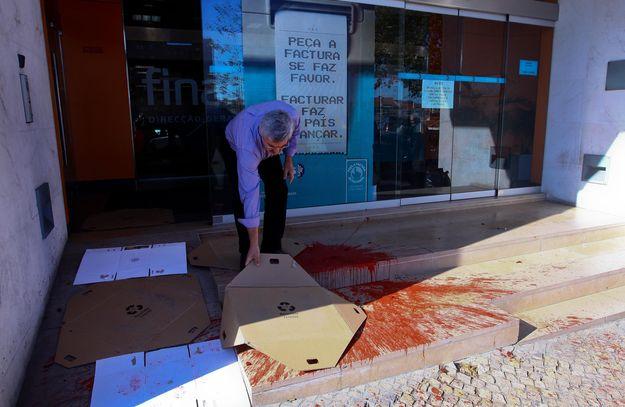 Uma lata de tinta foi lançada contra a montra de uma repartição de Finanças de Lisboa