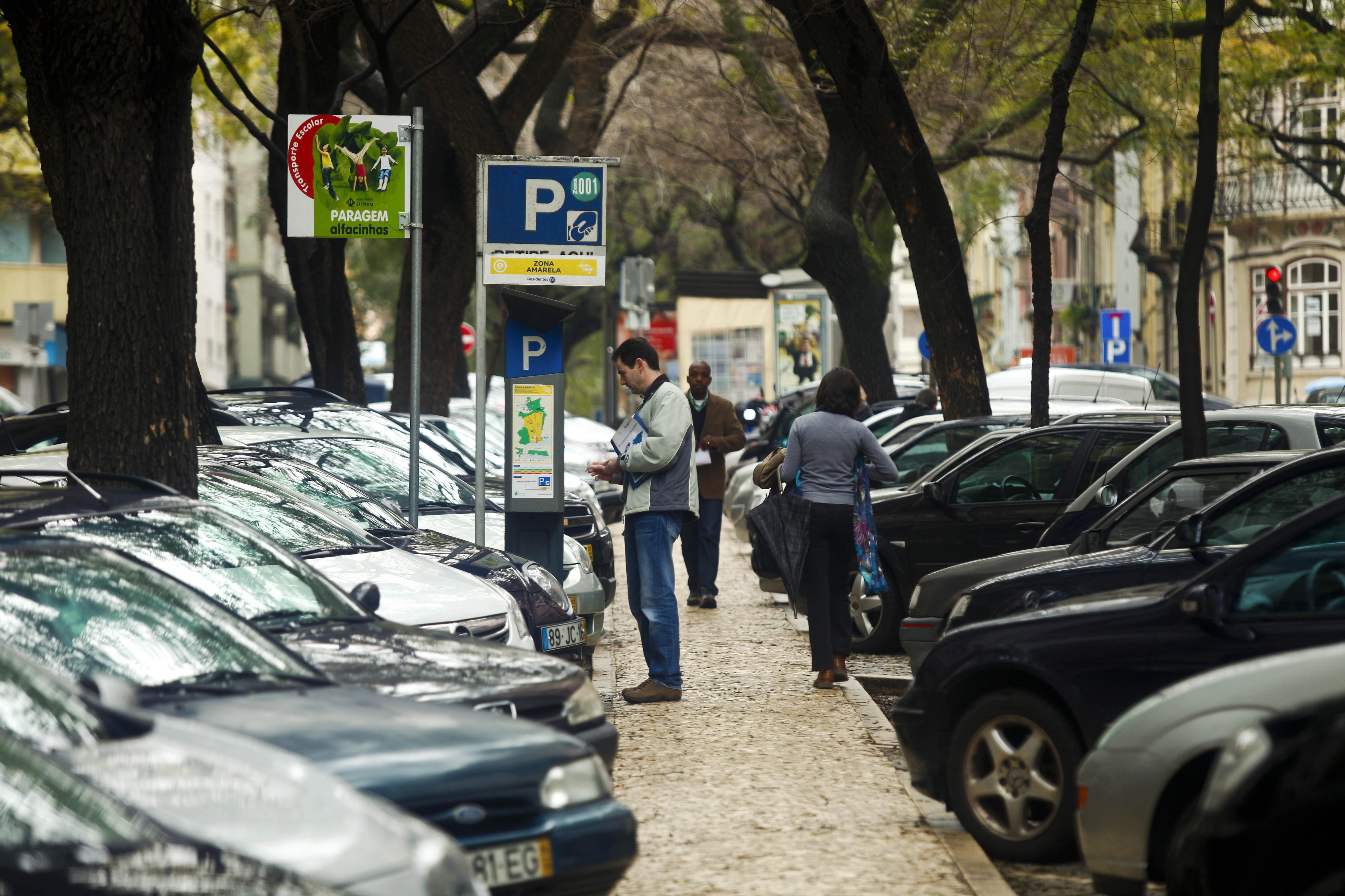 Exceções para cuidadores informais e tempo gratuito junto aos centros de saúde: Petição defende estas e outras alterações ao estacionamento em Lisboa