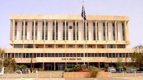 Sessão parlamentar: Discussão da lei traz de volta controvérsia das privatizações