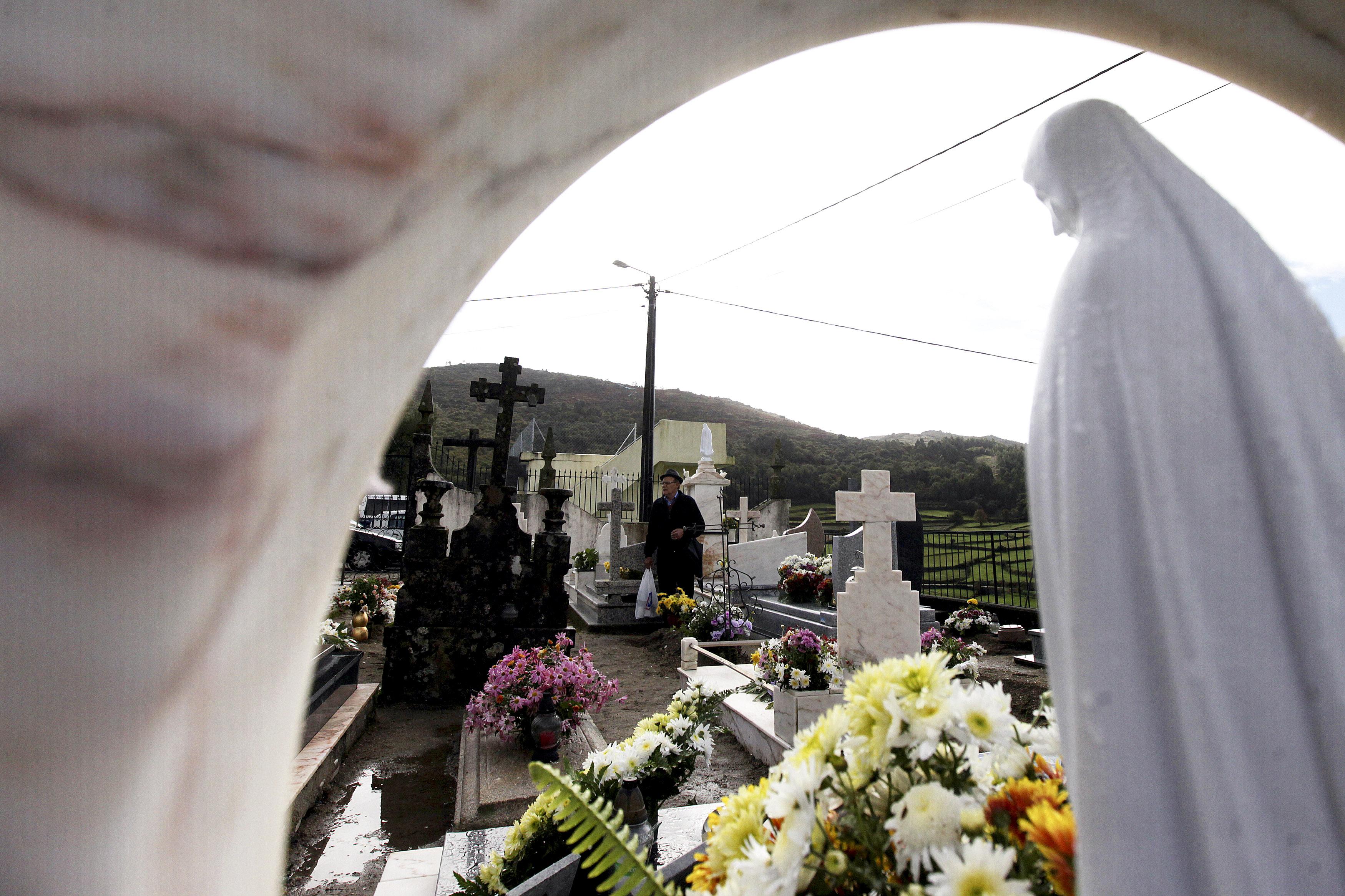 São João da Madeira distribui mais de 10.000 flores e 2.000 velas por três cemitérios para assegurar rituais